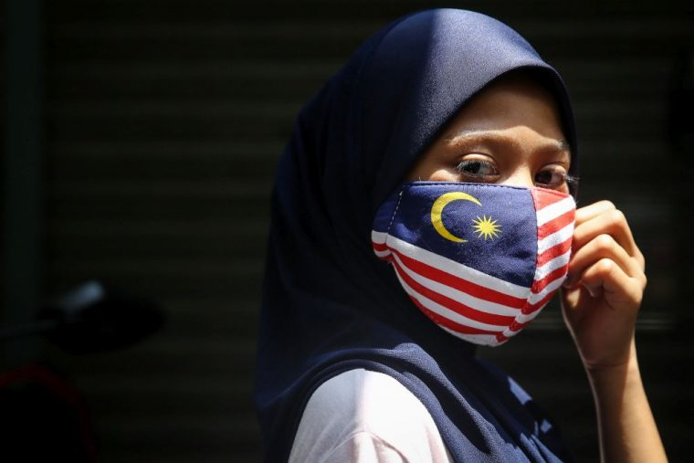 malaysian woman wearing a face mask with a jalur gemilang pattern